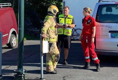 KONTROLL: Beredskapssjef i Kinn, Robert Endestad (midten), fekk raskt kontroll på situasjonen. Ein person måtte sjekkast av lege.