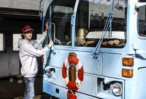 Mange tips: Advokat Torjus Torjusen har mange gode råd til årets og kommende russ. Her er Thomas Brien som er bussjef på russebussen «Sjøbua», og som er russ i år. foto: Kristin Engløkken mainitz