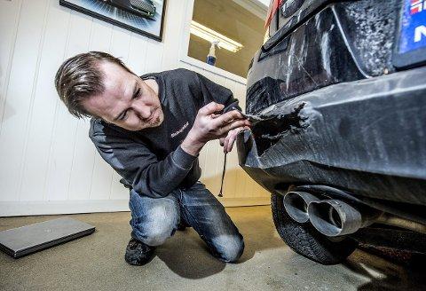 Taksering: Mattias Gustafsson ved Skade og Lakk AS går grundig til verks når han skal taksere de mange bilskadene som kommer inn.begge foto: geir a. carlsson