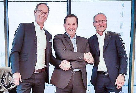 Daglig leder i Solid Entreprenør, Lasse Johansen, her mellom Eirik Thrygg og Lasse Lundhaug i forbindelse med at Solid Gruppen fikk kontrakt verdt 610 millioner kroner for utbyggingen av Vinmonopolets gamle eiendom i Oslo.