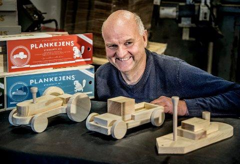 GRÜNDER: Geir Borgersen har sammen med døtrene Therese og Kristine startet opp selskapet Plankejens. Med inspirasjon fra barndommen utvikler han byggesett som blir solide, gammeldagse leketøy i furu.