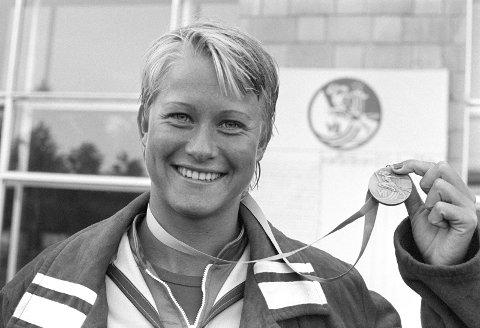 Moskva, Sovjet 1979-07-25:   Svømmemesterskapet Spartakiaden: LENE JENSSEN (NOR) med sin sølvmedalje på 100m fri, 25. juli 1979.  FOTO: Svein Hammerstad / NTB / SCANPIX