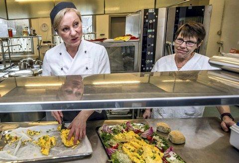 Får skryt: Kjøkkensjef Katrine Johannessen (t.v.) og kollega Helen Kristiansen på Solliheimen. Foto: Geir A. Carlsson