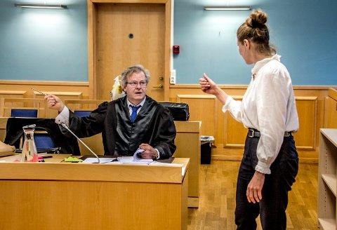 Aktor Nils Vegard og tiltaltes forsvarer Mette-Julie Sundby i samtaler før rettssaken for tre uker siden.