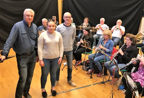 Torp Musikkorps vil starte med instrumentopplæring for voksne. Prosjektet er et ledd i forberedelsene til korpsets 100 årsjubileum i 2020. Emma Isnes (19) er en av de som vil gjeoppta korpshobbyen og bli med i korpset. Her sammen med leder Rino Andreassen (tv) og Gisle Haus.