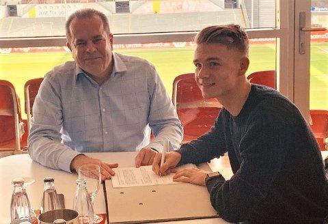 LANG AVTALE: Thomas Rekdal har skrevet en avtale på 4 1/2 år med Mainz. Her med Volker Kersting, leder for U23-avdelingen til klubben.