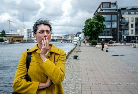 Racha Maktabi sier at hun ikke kommer til å gi seg før hun har kommet til bunns i alt som har gått galt. Her står hun foran det som var familiekonsernets signalbygg på bryggepromenaden i Fredrikstad. Bygget er nå solgt til Sørlie Eiendom.