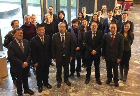 På besøk: Delegasjonen fra Kina sammen med representanter fra helsedirektoratet var i Fredrikstad for å lære om røykeloven og kommunens tilsyn med utelivsbransjen.