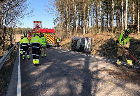 Personbilen fikk store skader i singelulykken. (Foto: Tobias Nordli)