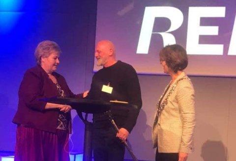 RØRT: En rørt Sten Helberg  ble gratulert av statsminister Erna Solberg (til venstre) da han onsdag fikk Hold Norge Rents miljøpris Gullklypa 2019.