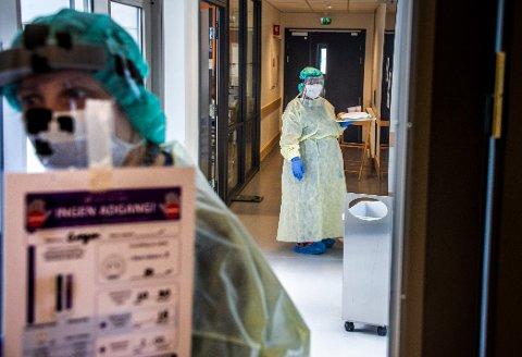 FRAMSKRITT: Legene som behandler koronapasienter har testet ut ulike medikamenter, og nå kan legene på Ahus fortelle om framskritt. Dette bildet er fra koronaavdelingen på Helsehuset i Fredrikstad.