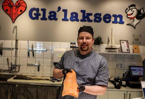 FERSK FISK: Christer Andersen i Gla`laksen er en av de første butikkene som selger laks fra Norges første landbaserte oppdrettsanlegg for laks.