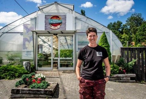 Lunds Hagesenter omtales gjerne som Lunds gartneri på folkemunne. Hit kommer kunder fra både fjern og nær. Nå selger Anne Marie Berg alt sammen. De lange dagene er det 43-åringen kommer til å savne minst når en ny eier er på plass.