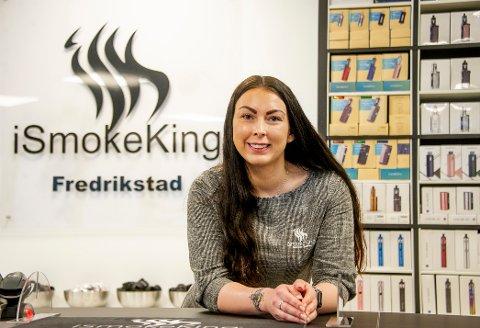 Thea Henriksen startet selv å røke som 15-åring. – Det ble fort 20 om dagen, og det er vanskelig å bli kvitt. Nå er det damp som gjelder for den daglige lederen.