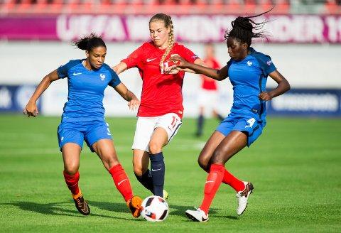 Vilde Fjelldal i aksjon mot Frankrike. I kveld møter Norges J19-lag Nederland.