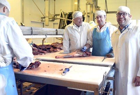 BARE HELT SNADDER: Det er slagordet til kjøttmatprodusenten Kuraas. Her er Jarek Kucab (i midten) i ferd med å skjære opp reinkjøtt. Daglig leder Reidar Kuraas til venstre og Kenneth Kuraas. Alle foto: Frode Danielsen