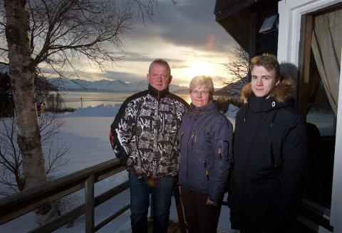 KORONASTOPP: Noen dager etter kjøpet, ble det full stopp. Nå håper familien at ting roer seg frem mot sommersesongen. Fra v. Tor-Harald Eriksen, Susanne Thomassen og Marius Thomassen Radem.