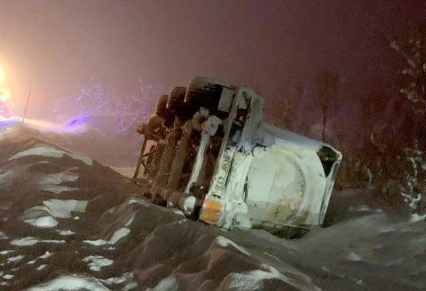 BERGES: En henger lastet med rundt 25.000 liter maursyre veltet i grøfta på E6 i Gratangen onsdag kveld.