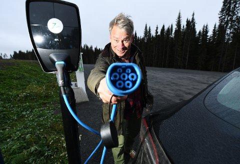 LETTVINT: Eivind Falk, leder i Mjøsen og omegn el-bilforening, har hytte uten innlagt strøm ved Mesnaelva i Lillehammer. Like ved kan han lade bilen på parkeringsplassen. Han ser for seg flere slik ladeplasser i nærheten av hytteområder uten strøm.