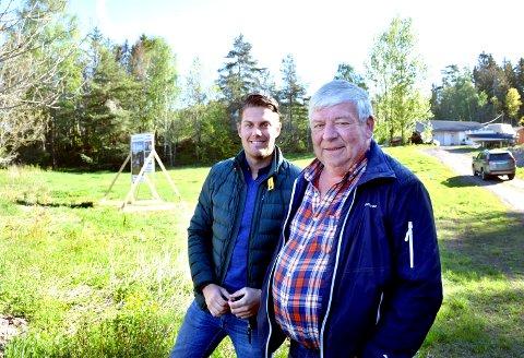 PÅ TOMTA: Joachim Røren, rådgiver i Mesterhus Horten og Holmestrand, og byggmester Knut Langaas har tro på prosjektet ved Furuhaug.