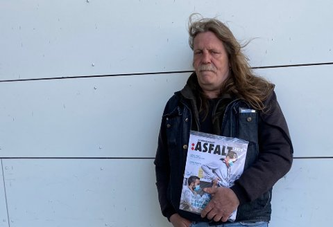 Jan Erik Malmin står nå utenfor Amfi Ålgård igjen, med ny utgave av gatemagasinet Asfalt.
