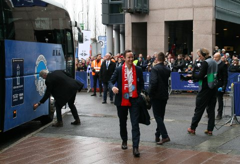 Først ut: Espen Nystuen var en av de første ut av spillerbussen.