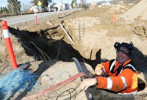 SIKRERE TILFØRSEL:  Rune P. Sandbæk i Sandbæk Maskin i sving med å legge nye vannkabler på Sundmoen på Flisa.
