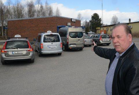 PARKERT: – Nå er seks biler parkert og sju sjåfører permittert. Men vi ser lyst på framtida tross alt, sier Per Erik Engen ved Hedmark Taxi Flisa.