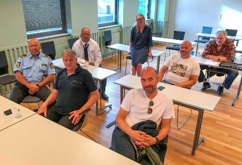 MØTE: Kongsvinger har kun åtte koronatilfeller til nå, og kommuneoverlege Camilla Smedtorp (bak) forventer at innbyggerne og utelivsbransjen fortsetter den gode jobben. Disse møtte opp for å diskutere smittevern: Ole B. Norvik fra politiet (f.v.), Bjørn Berntsen ved Bowling 1, avdelingsleder Kjetil Brenden ved PSS Securitas, Henning Kjøk ved Kafé Bohem, Thomas Skjerpen ved Taverna og en representant fra Nordfjeldske Kontroll (ønsker ikke å oppgi navn).