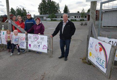 STØTTER KAMPEN:  Per Roar Bredvold var en av politikerne som var på befaring på Jara og møtte foreldre. Fra venstre Marie Negaard, Tine Sparby, Mats Sparby og Beate Hanssen.