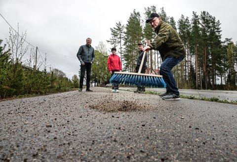 FARLIG: – så mye grus på gang- og sykkelvegen er veldig farlig, sier Oddvar Glorvigen med kosten, Ola Håkonsen og Bente og Ivar Bredalen i Gjesåsen.