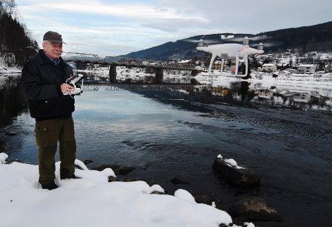 FOTOGRAF: Under storørretseminaret på Lillehammer viste fotograf Kjetil Rolseth fram unike bilder og videoer av gytefisk og skarven i Gudbrandsdalslågen. – Det har tatt meg et år å utvikle riktig teknikk for å kunne filme i elven. Meg bekjent er dette første gangen slike bilder er vist fram, sier Rolseth. Teknologien er tatt i bruk for å telle antall gytefisk og skarv.Foto: Knut Storvik