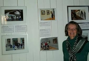 Beverly Stadum stillier ut fotografier.