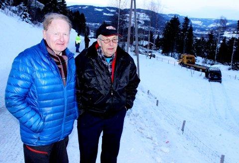 Jakob Øglænd og Harald Nysveen mener deler av Kastrudvegen mellom Vingnes og Jørstadmoen er alt for smal, og at det derfor skjer ulykker som den som skjedde fredag.