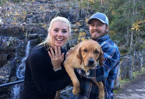 Her er samboerne sammen med hunden Cubby rett etter at Molly sa ja til å gifte seg med Joey.