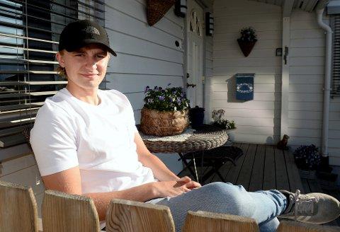 Mads Siljehaug (22), har fått proffkontralt med det tyske Reiter-teamet. Målet er å bli fabrikksfører i GT-racing i løpet av få år. Her er han fotografert hjemme i Nordre Ål tidligere i sommer.