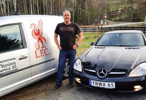Johnny Bäckström, svensken som har slått seg ned på Fåberg, har vært svoren Liverpool-fan siden tidlig på 70-tallet. Det kommer tydelig fram på bilene.