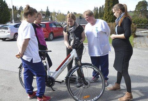 VISNING: Kristin Molstad forklarer om funksjoner el-sykkelen har.