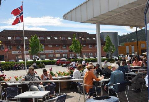 Gla'dager: Fredag formiddag var det sol og fint vær på torget i Gran.