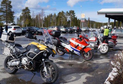 SAMLING UTSATT: Stusselige tre grader og gjenstridig vinter satte en stopper for 1. mai mønstringen på Hadeland med lange rekker av motorsykler på steder som Lygnasæter.