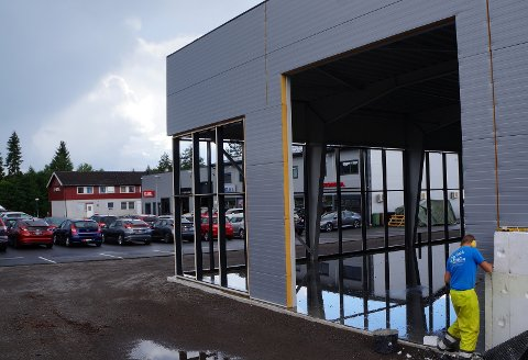 LOKALE FAGFOLK: Nybygget er satt opp av utenbygdsentreprenøren A1 Bygg AS, mens detaljearbeider og innredning vil bli utført av lokale fagfolk, forteller daglig Elisabeth Hanserud.