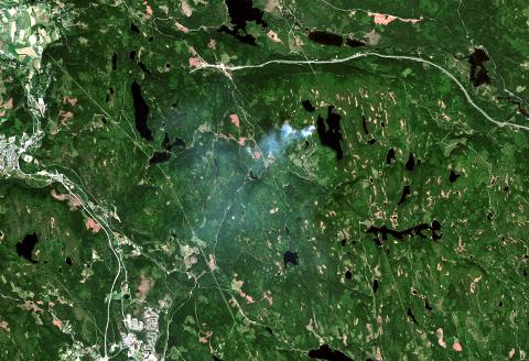 Slik så brannen i myra ved Snellingen ut sett fra høyt der oppe.