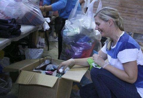 Frivillig: Kristine Norsted hjelper gjerne til med å pakke klær og annet utstyr som flyktningene trenger når de kommer til Østfold.