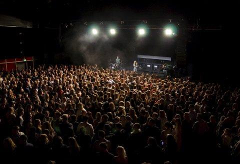 Rekordsalg i 2017: Fantastisk konsertopplevelse med Astrid S i rekordfylt kultursal. Over 700 billetter ble solgt. 2: Åpning av Brygga Kultursal Halden. Amy LaVere.3:  Jon-Martin Larsson, Martin Gundersen og Lars Gunnerud gleder seg til de neste ti årene. 4: «Iddis» har jobbet på Brygga i ti år og deler mange gode opplevelser. Arkivfoto/Emely hansen