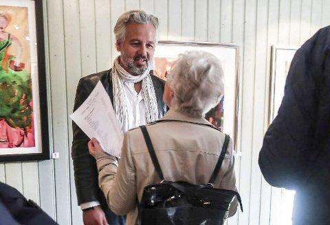 HALDEN-KJENNER: Ari Behn har et nært forhold til Halden og har familie i byen. Det er ikke mer enn nesten akkurat ett år siden sist han hadde utstilling her. Da var han på Rød herregård. Nå tar han med seg kunsten sin til Tista Senter.