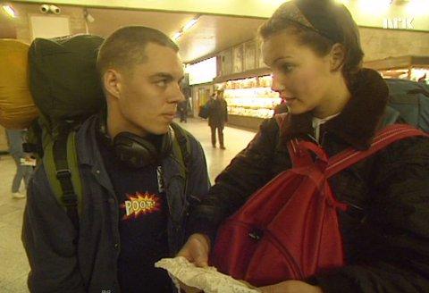 PÅ REISE: Kenneth og Gina under en diskusjon på perrongen.