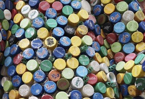 GJENBRUK: Bruskorker utgjør en fargerik dekor og det var litt jobb å lime på alle disse.