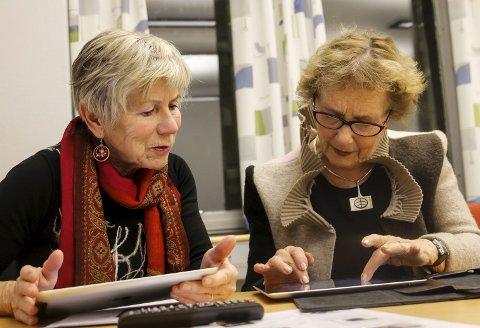 NETTHODER: Gunvor Riim Opedal og Jorunn Jordal hjelper hverandre med å forstå iPaden og de mange digitale tjenestene som er tilgjengelige. Om de har behov for hjelp, er veien kort til IKT-sjef Andreas Sigvaldsen.