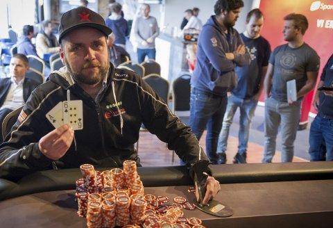 Vant 800 euro: Hardanger spillfestival ble avsluttet med finalebordet i poker søndag ettermiddag. Turneringsvinner Frode Alfredsen tok vinnerpotten med flush i kløver.