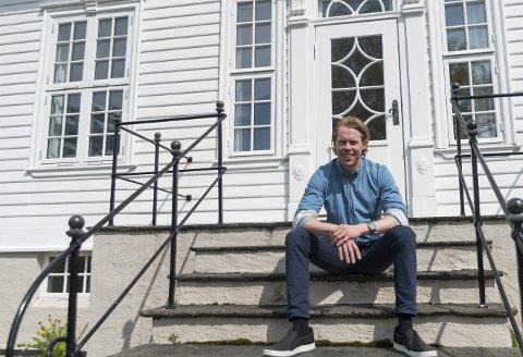 Konstituert sorenskriver ved Hardanger tingrett, Sindre Kleive, sier det har slitt på arbeidsmiljøet at arbeidsplassen er nedleggingstruet. Nå kan han konstatere at Hardanger tingrett har en fremtid videre.